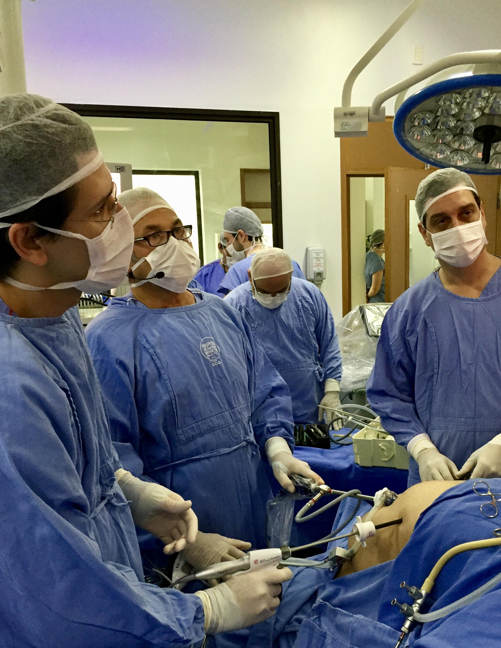 Auxiliando o Profº Daniel Cherqui (Université Paris Sud - Hôpital Paul Brousse - França)com Dr.Paulo Bertolucci no Hospital de Câncer de Barretos -SP